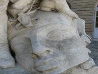 """بالصور ..نقابة الأثرين تهدد بمعاداة فرنسا طالما بقي تمثال """" حذاء شامبليون فوق رأس ملوك الفراعنة """""""