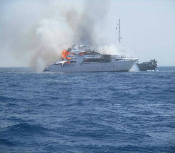 Photo of القوات البحرية تنقذ 23 سائحا من حريق بأحد اللنشات السياحية بالغردقة