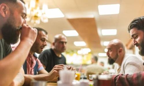 مجموعة من الشباب يتناولون الطعام - أوراق عربية