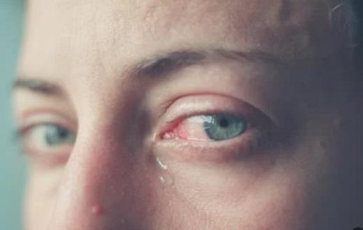 شخص يبكي ، موقع أوراق عربية - خواطر