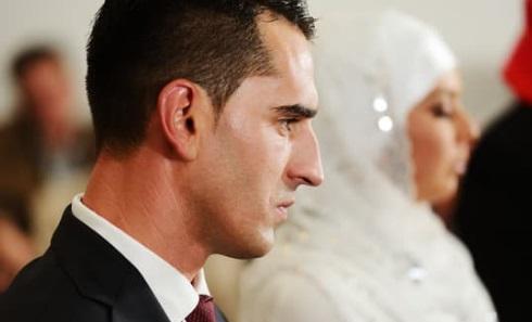 عروس وشاب في زفاف - أوراق عربية