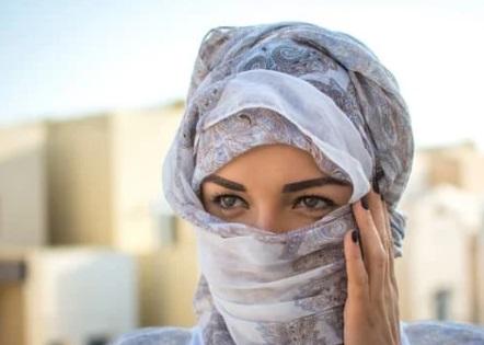فتاة جميلة ، أوراق عربية