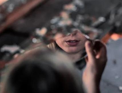 فتاه تنظر في مرآه مكسورة ، موقع أوراق عربية - خواطر