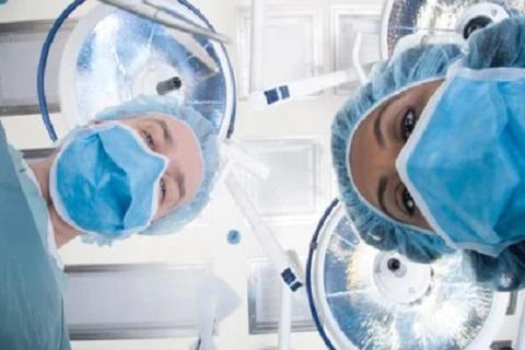 أطباء أثناء اجراء عملية جراحية ، موقع أوراق عربية - مقالات