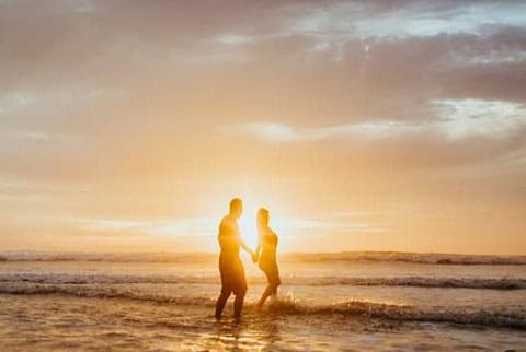 حبيبان يجريان علي الشاطئ ، موقع أوراق عربية - خواطر