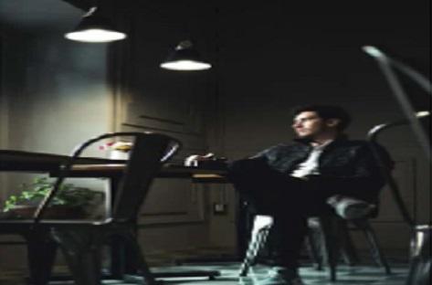 رجل يجلس في مقهي ، أوراق - عربية - خواطر
