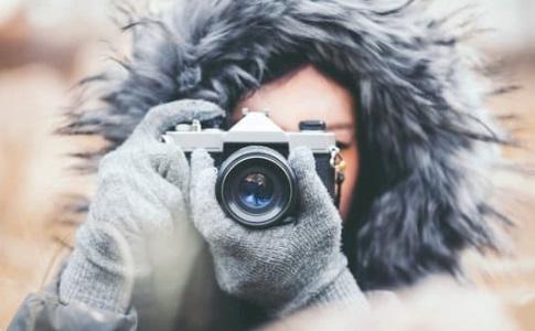 سيدة تصور بكاميرا ، موقع أوراق عربية - قصائد فصحي