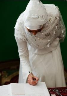 عروس توقع علي عقد زفاف ، موقع أوراق عربية - خواطر