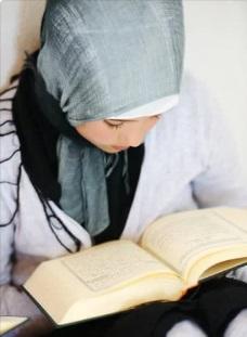 فتاه تقرأ القرآن ، موقع أوراق عربية - أسماء السعيد