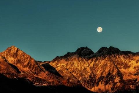 قمر خلف جبل ، موقع أوراق عربية - قصائد فصحي