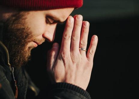 رجل يصلي ، موقع أوراق عربية - مقالات