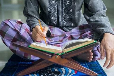 مسلم يقرأ القرآن ، موقع أوراق عربية - مقالات