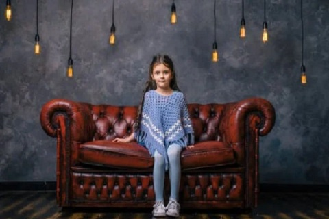 طفلة تجلس علي أريكة ، موقع أوراق عربية - خواطر
