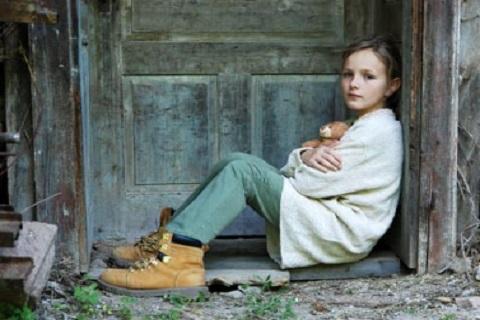 فتاه أمام باب، موقع أوراق عربية - مقالات إجتماعية