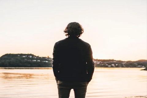 شاب يقف أمام البحر ، موقع أوراق عربية - قصائد عامية
