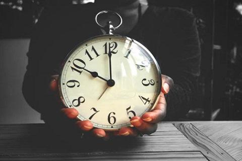 شخص يمسك ساعة ، موقع أوراق عربية ، مقالات تطوير ذات