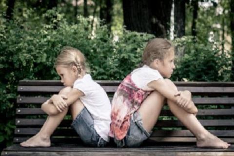 فتاتان تجلسان علي اريكه بشكل غير متقابل ـ موقع أوراق عربية - خواطر مميزة